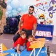 Gusttavo Lima foi renovar seu visto junto com Andressa Suita e filhos do casal