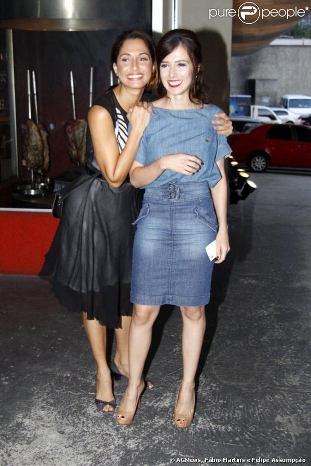 Camila Pitanga e Marjoerie Estiano chegam à churrascaria para assistir ao último capítulo de 'Lado a Lado', em 9 de março de 2013