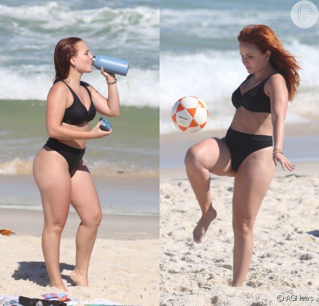 Larissa Manoela joga altinha e frescobol em dia de praia no Rio de Janeiro