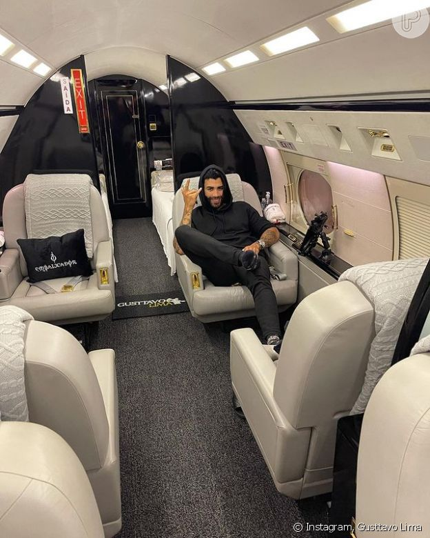 Gusttavo Lima posa em seu avião particular de mais de R$ 48 milhões antes de tour pelos EUA