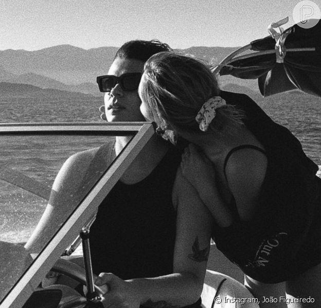 Sasha inicia comemorações para aniversário de 23 anos com passeio de lancha com o marido