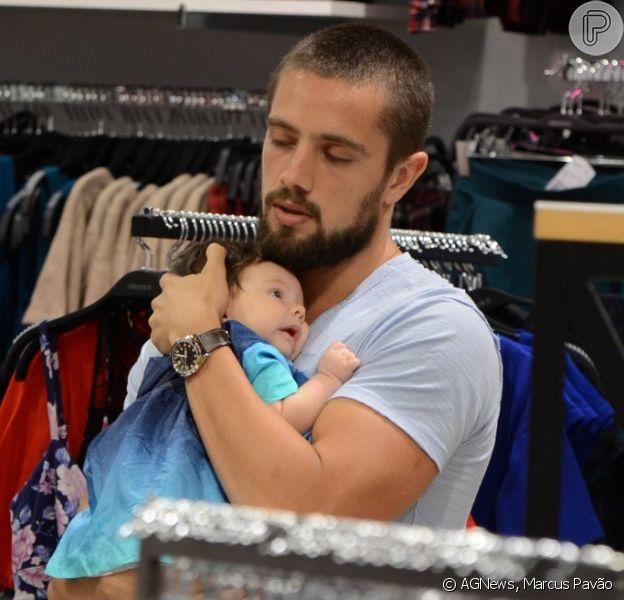 Rafael Cardoso foi clicado em público pela primeira vez neste sábado, 21 de novembro de 2014, acompanhado de sua filha recém-nascida, Aurora