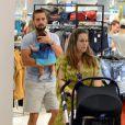 Rafael Cardoso e sua mulher, Mariana Bridi, levaram a pequena Aurora, de apenas um mês e meio, para passear em um shopping da Zona Oeste do Rio. Carinhoso, o ator não desgrudou da filha e fez questão de empurrar o carrinho