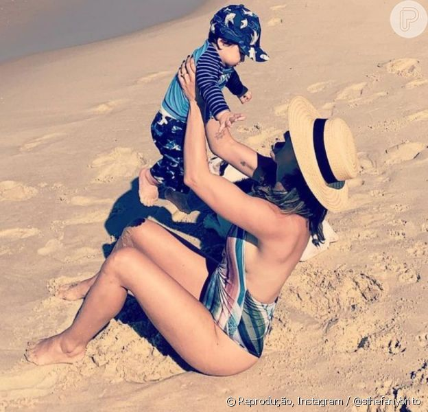 Sthefany Brito levou o filho para conhecer a praia