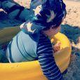Filho de Sthefany Brito  apareceu brincando na areia e em uma piscininha