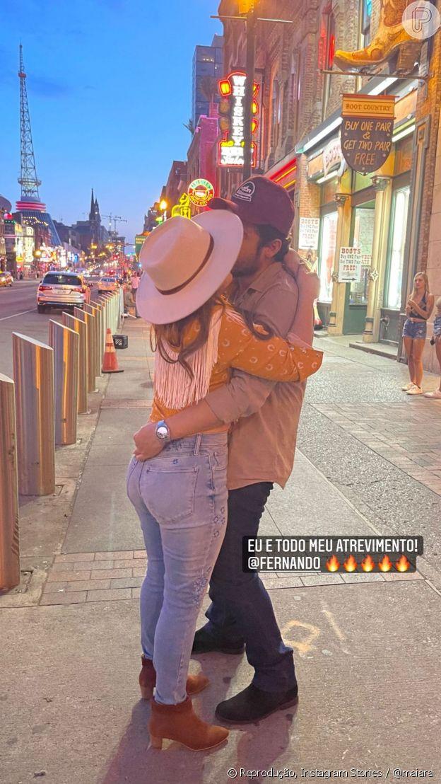 Maiara e Fernando Zor trocam beijos nas ruas dos Estados Unidos