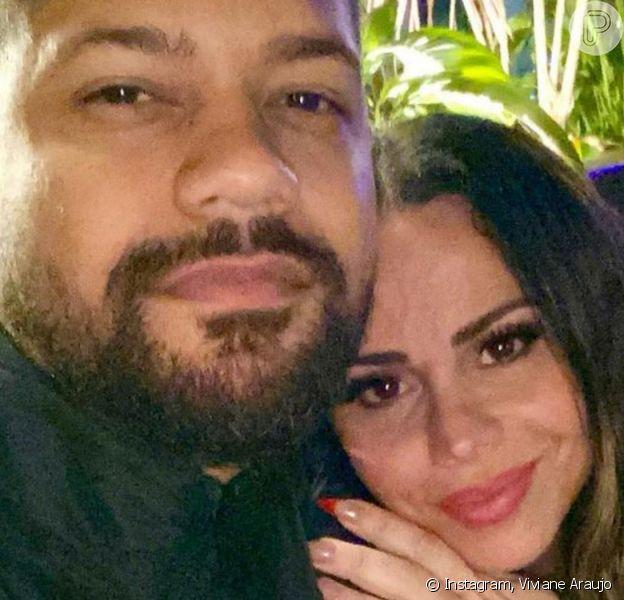 Viviane Araujo surgiu abraçada ao marido, Guilherme Militão, após casamento