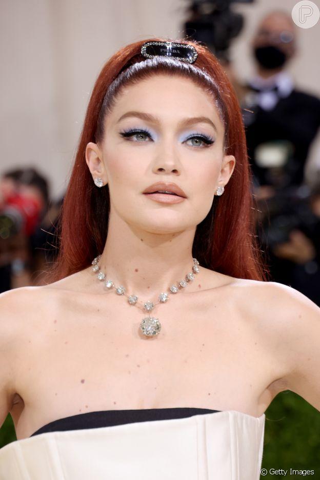 Gigi Hadid usou sombra azul e batom nude