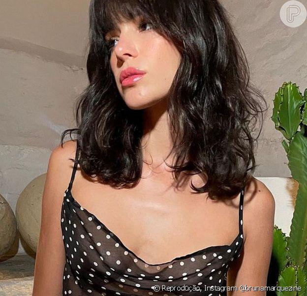Bruna Marquezine apostou em um look sexy para mais um dia de viagem pela Grécia