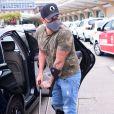 Diogo Nogueira apareceu segurando uma bengala e usando uma bota ortopédica
