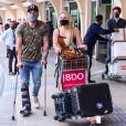 Paolla Oliveira foi vista empurrando o carrinho com as malas do casal