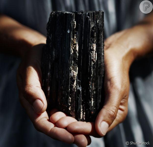 A turmalina negra se tornou a pedra favorita entre as semijoias por seu alto poder de filtragem de más energias - e inclusive de filtragem e purificação da água