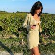 Bruna Marquezine escolheu conjunto de vestido e casaquinho de tricô em vinícola