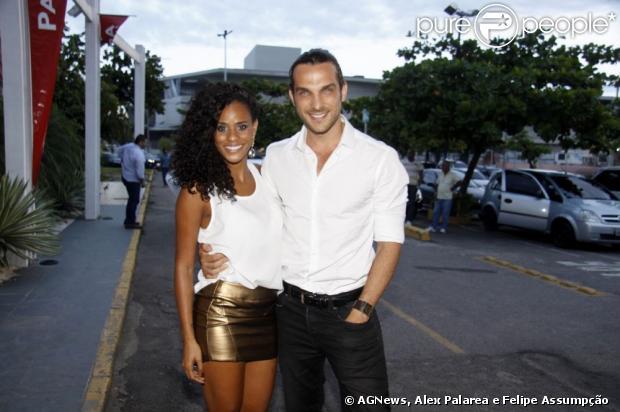 Igor Rickli, intéprete de Alberto em 'Flor do Caribe', chega acompanhado da mulher, Aline Winkler, ex-integrante da banda Rouge