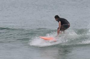 Murilo Benício surfa em praia do Rio e posa para fotos com fãs na areia