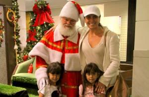 Giovanna Antonelli e as filhas gêmeas tiram fotos com Papai Noel em shopping