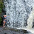 Larissa Manoela aproveitou para se refrescar na cachoeira