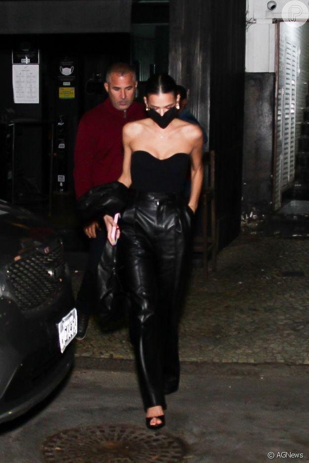 Bruna Marquezine apostou em look all black para jantar no Rio de Janeiro