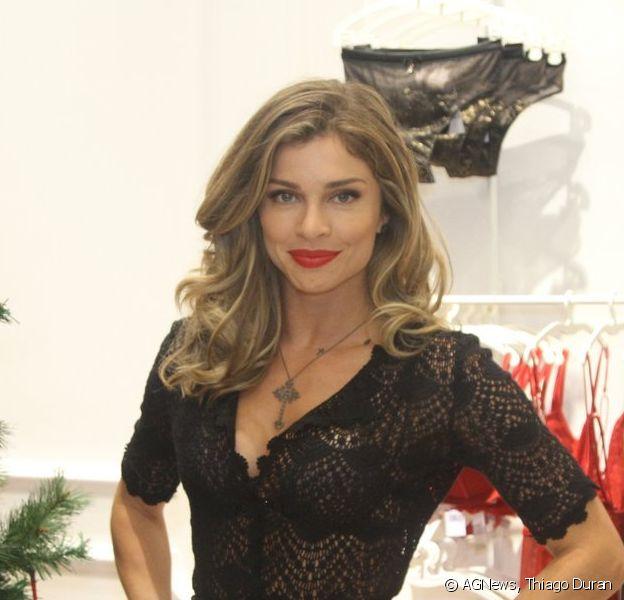 Grazi Massafera vai a inauguração de loja em shopping em São Paulo e esbanja sensualidade com look rendado