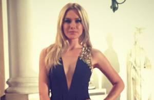 Fiorella Mattheis usa look decotado para apresentar evento em museu de São Paulo