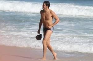 Mateus Solano curte tarde de praia e toma banho de mar no Rio de Janeiro