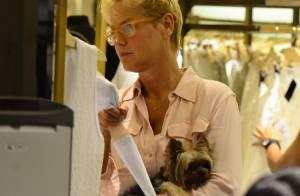 Xuxa leva cachorrinho para passear em shopping e tira fotos com fãs no Rio