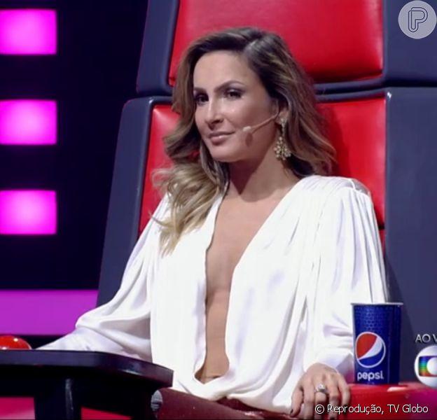 Claudia Leitte adora um decote profundo. Mas para conseguir deixar a roupa no lugar certo, a cantora usa um truque de seu personal stylist, Renato Thomaz: um adesivo