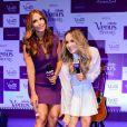Ivete Sangalo e Claudia Leitte, que são garotas-propaganda da marca, brincam de se depilar