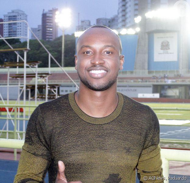 Thiaguinho marca presença em futebol beneficente em São Paulo