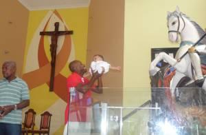 Nando Cunha, de 'Salve Jorge', batiza o filho a um mês do dia de São Jorge