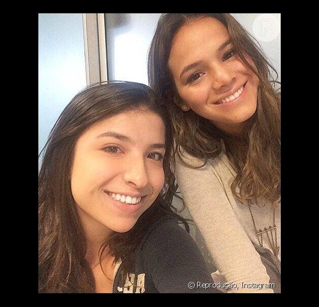 Bruna Marquezine posa para fotos ao lado de fã ao chegar em Florianópolis (Santa Catarina), nesta segunda-feira, 29 de dezembro de 2014