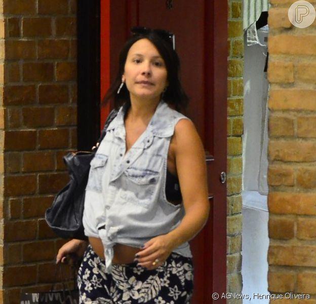 Juliana Knust, grávida de oito meses, foi a shopping da Barra da Tijuca, nesta terça-feira, 30 de dezembro de 2014