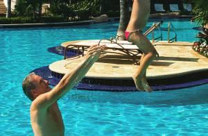 Roberto Justus brinca com a filha Rafaella Justus em piscina: 'Princesa voando'