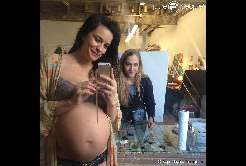 Liv Tyler para de modelo para ganhar pintura em quadro. Atriz está grávida de seu segundo filho e mostra barrigão
