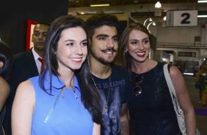 Simpático, Caio Castro posa com fãs durante feira de moda em São Paulo