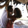 Ester (Grazi Massafera) e Cassiano (Henri Castelli) ficam juntos novamente na cabana em que namoravam há sete anos atrás, em'Flor do Caribe'
