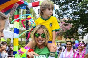 Adriane Galisteu curte bloco de Carnaval com o filho, Vittorio, em São Paulo