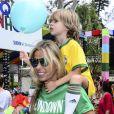 Adriane Galisteu curte bloco de Carnaval com o filho, Vittorio, em São Paulo, neste sábado, 31 de janeiro de 2015