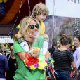 Adriane Galisteu se diverte com o filho, Vittorio em bloco de Carnaval