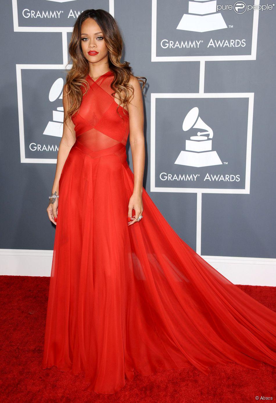 667a788abc Rihanna arrasa com um vestido vermelho da grife Alaia no Grammy Awards 2013