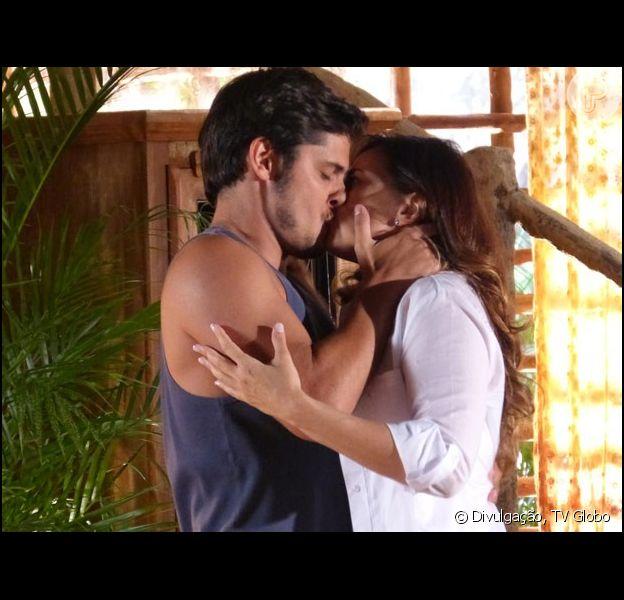 Juliano (Bruno Gissoni) diz que quer namorar Natália (Daniela Escobar) e dá um beijão na bióloga, em 'Flor do Caribe', em 12 de abril de 2013