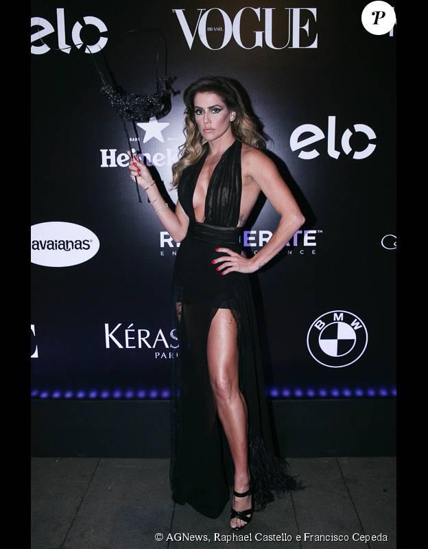 Deborah Secco veste um modelito preto da grife Le Lis Blanc no Baile da Vogue 2015