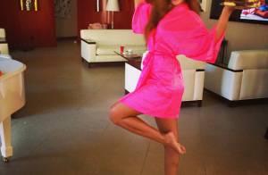 Rihanna faz surpresa de aniversário para amiga e posta fotos de roupão rosa