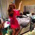 Usando um roupão rosa, Rihanna acordou Melissa aos gritos