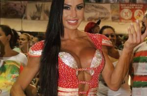 Gracyanne Barbosa aposta em look decotado em ensaio na quadra da X-9 Paulistana