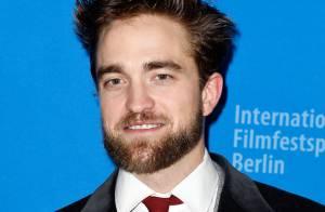 Robert Pattinson aparece com novo visual e exibe barba em festival