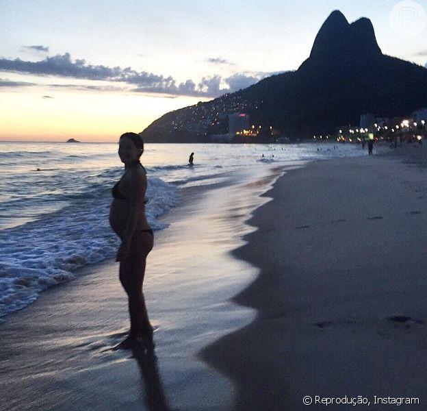 Carolina Ferraz publicou em seu Instagram neste sábado, 14 de fevereiro de 2015, uma foto na qual aparece só de biquíni exibindo sua barriga de seis meses de gestação