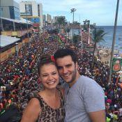Milena Toscano troca beijos com o namorado em cima de trio elétrico em Salvador