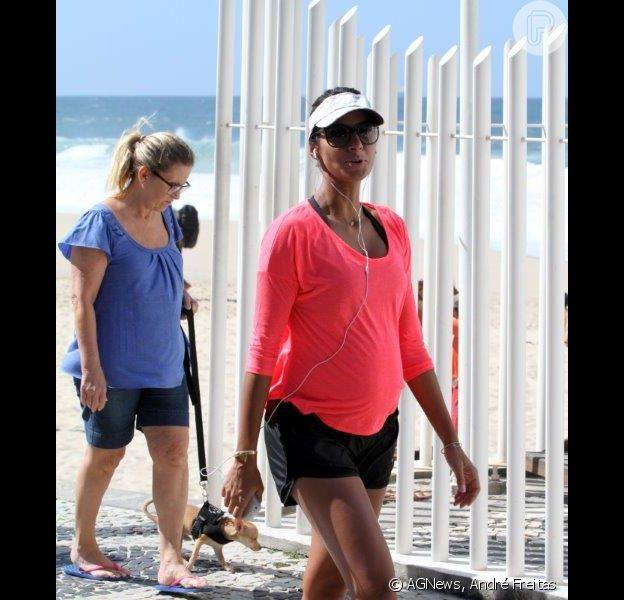 Flávia Sampaio exibe a barriguinha de seis meses de gravidez enquanto caminha pela Orla da praia do Leblon, nesta quarta-feira, 17 de abril de 2013