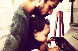 Rafael Cardoso mostra a filha, Aurora, tocando piano com ele: 'Amor da vida'